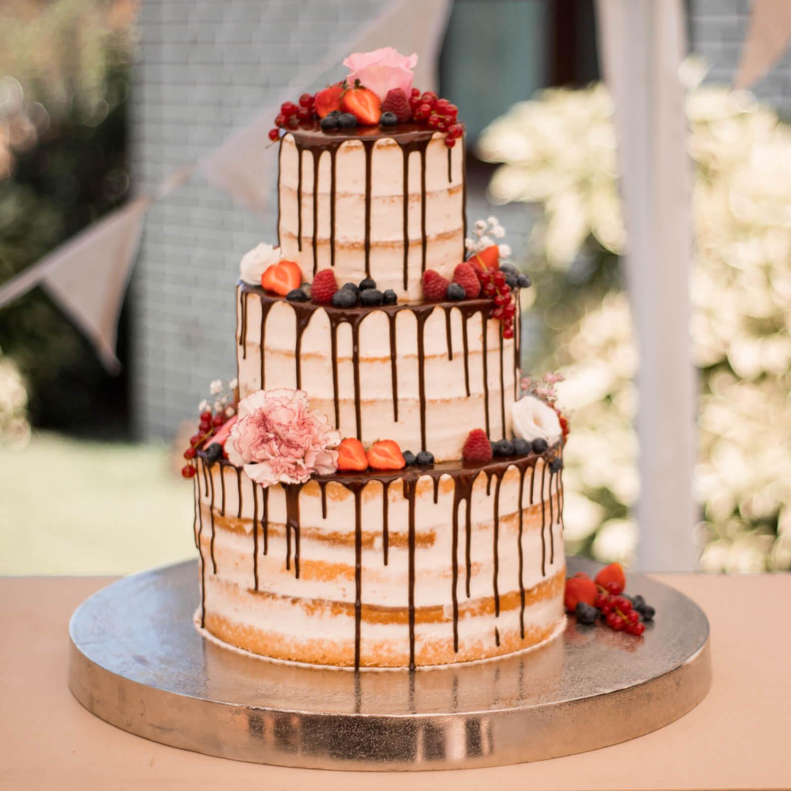 Hochzeitstorte-wedding cake-naked cake-bespoke cake-flowers-berries-blumen-beeren