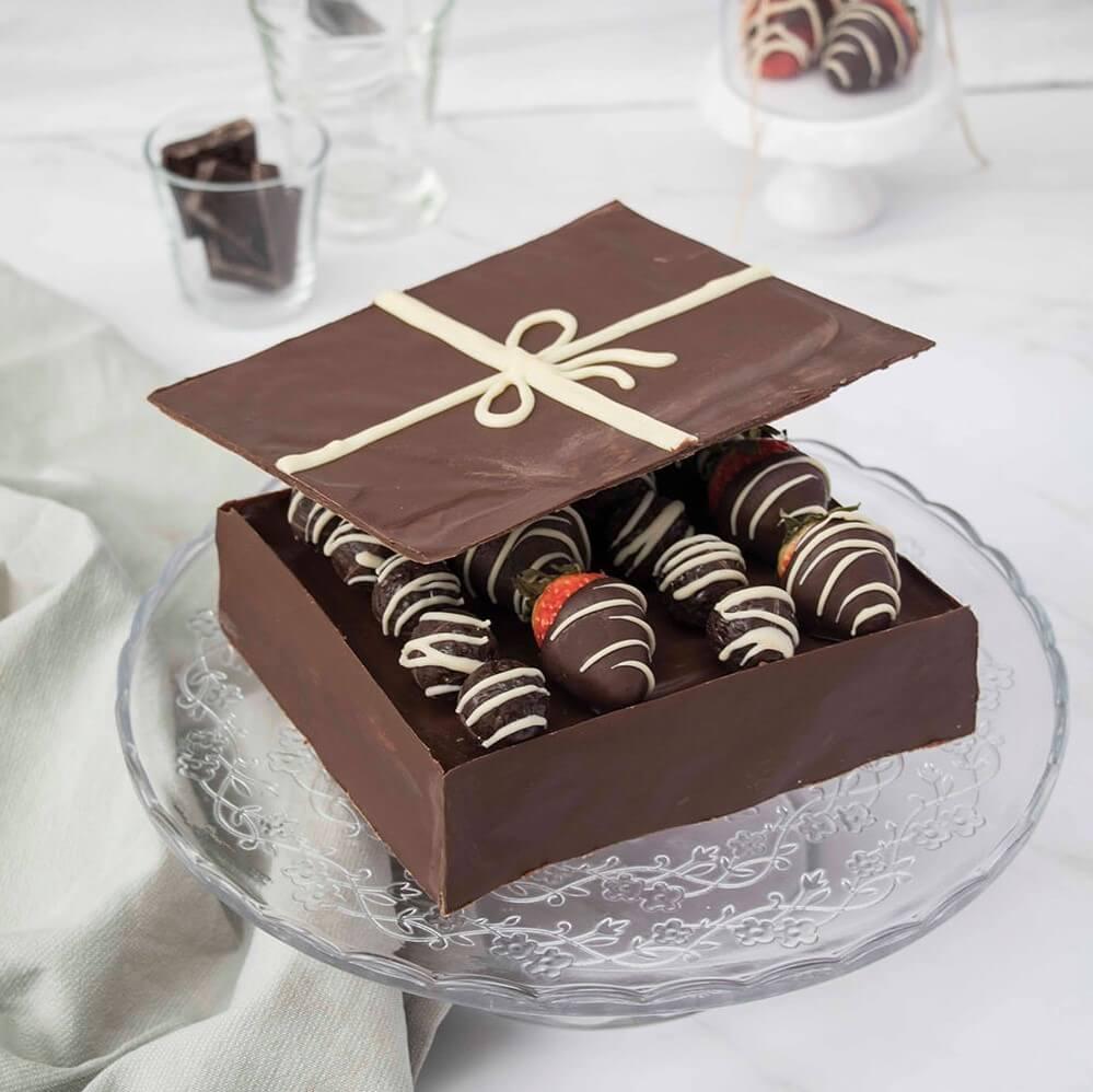 Valentines-Day-Chocolate-Box-Cake-Valentinstag-Torte-Pralinenschachtel-Torte-red-velvet-cake (1 (2)